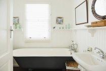 Claw foot bathtub in ornate bathroom — Stock Photo