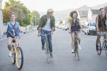Amis à vélo dans une rangée sur la rue — Photo de stock