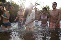 Друзья, плывущие по реке днем — стоковое фото