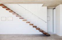 Vista laterale della scala sospesa in casa moderna — Foto stock