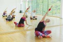 Fitness-Trainer, die führende Klasse Strecken Arme — Stockfoto