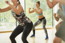 Smiling woman enjoying aerobics class — Stockfoto