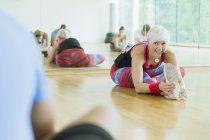 Fitness-Trainer, die führende Klasse Dehnung Bein — Stockfoto