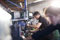 Механіки використання машини в майстерні авторемонтні — стокове фото