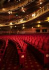 Мест в пустой театр auditorium — стоковое фото