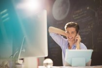 Geschäftsmann, reden über Handy am Schreibtisch im Büro — Stockfoto