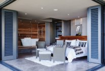 Terrassentüren öffnen sich zum modernen Schlafzimmer — Stockfoto