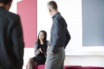 Pessoas de negócio bem sucedido de adultos conversando no átrio — Fotografia de Stock