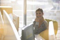 Portrait de femme d'affaires souriante au bureau moderne — Photo de stock