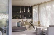 Divano e tavolo da pranzo in uno spazio abitativo moderno — Foto stock