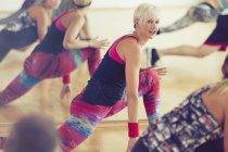 Fitness-Trainer, die führende Klasse im Ausfallschritt — Stockfoto