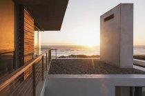 Casa moderna com vista para o mar ao pôr do sol — Fotografia de Stock