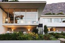 Paisagismo na frente de casa moderna — Fotografia de Stock