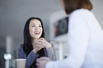 Erfolgreiche erwachsene Geschäftsleute im Amt — Stockfoto