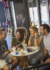 Freunde mit digitalen Tablet und Laptop im Café hängen — Stockfoto