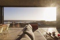 Интерьер современной гостиной с видом на океан — стоковое фото