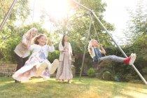 Sans soucis multi-génération femmes balançant dans l'arrière-cour — Photo de stock
