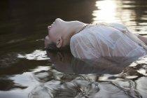 Mujer inclinada cabeza en el río - foto de stock
