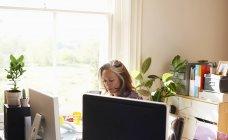 Frau im home-Office arbeiten konzentriert — Stockfoto