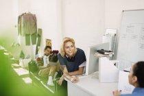 Jóvenes creativos de negocios lluvia de ideas en la oficina - foto de stock