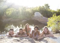 Ritratto di amici sorridenti sul lungofiume — Foto stock