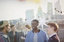 Junge Männer sprechen auf Party auf dem Dach — Stockfoto