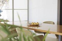 Birnen im Teller auf dem Esstisch — Stockfoto