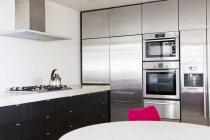 Современная кухня в помещении в дневное время — стоковое фото