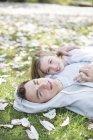 Пара лежащих в траве на открытом воздухе — стоковое фото