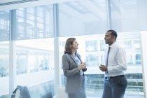 Uomini d'affari che parlano in ufficio — Foto stock