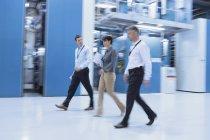 Lavoratori a piedi in fabbrica al chiuso — Foto stock