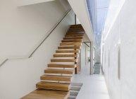Flotante y escalera y pasillo en casa moderna - foto de stock