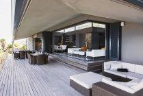 Диван, столы и стулья на балконе современных — стоковое фото