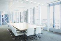Leerer Besprechungstisch im Büro — Stockfoto