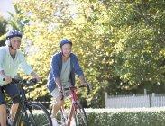 Старшая пара езда на велосипедах в парке — стоковое фото