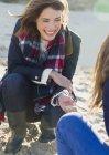 Sorrindo mulher clamming na praia — Fotografia de Stock