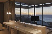 Pia moderna com vista para mar de quarto ao pôr do sol — Fotografia de Stock