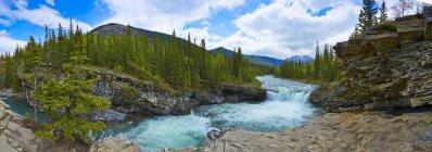 Водоспад rushing через скелястого пейзажу — стокове фото