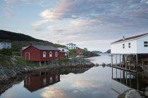 Häuser entlang der ruhigen Bucht — Stockfoto