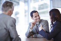 Erfolgreiche Erwachsene Geschäftsleute sprechen in treffen — Stockfoto