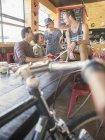 Freunde im Café hängen — Stockfoto