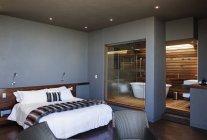 Chambre moderne et salle de bain à l'intérieur — Photo de stock