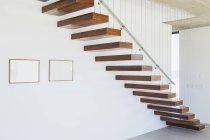 Escalera flotante en interior de casa moderna - foto de stock