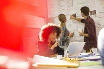 Geschäftsleute, die in modernen Büro arbeiten — Stockfoto