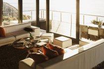 Sofás e mesa de café na sala de estar moderna — Fotografia de Stock