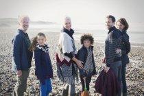 Ritratto famiglia multi-generazione sorridente sulla spiaggia soleggiata — Foto stock