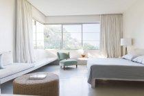 Dormitorio moderno en el interior durante el día - foto de stock