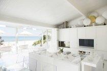 Salon moderne donnant sur la plage et l'océan — Photo de stock