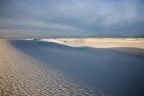 Тени над тихой белых песчаных дюн, белые пески, Нью-Мексико, Соединенные Штаты Америки — стоковое фото