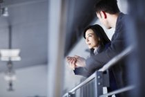 Erfolgreiche Erwachsene Geschäftsleute sprechen im Büro — Stockfoto